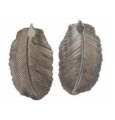 Pack of 2 decorative iron feathers. A stylish and unique home accessory/tree adornment.