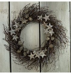 A country living rustic wreath with glitter stars and pinecones.