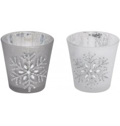 A mix of 2 chic antique silver t-light holders with a pretty snowflake design.