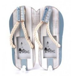 Bring home the coastal charm feel with this stylish flip flop themed photo frame with added pegs for a storage ability