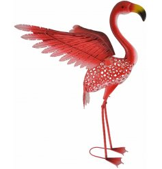 Add a delicate touch to your garden space with this beautifully finished flamingo garden ornament