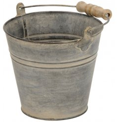 Set the scene in your garden with this white washed distressed metal bucket