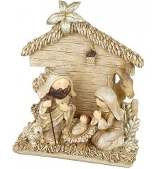 This traditional little Christmas decoration will be sure to bring a subtle golden glow to any spaces it put in