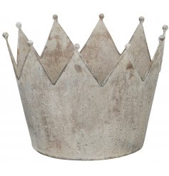 Bring a distressed charm to any home with this beautifully simple round crown decoration