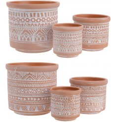 Dream of sunnier climates with this set of 3 aztec design planters.