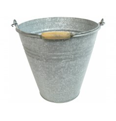 A chic and simple metal bucket, a perfect home accessory to bring to your interior
