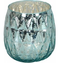 Bring a delicate ocean feature to any home space with this speckle effect glass tlight holder