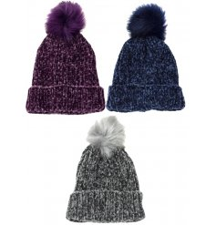 A mix of 3 chenille hats with a fluffy pom pom. A chic accessory for this season.