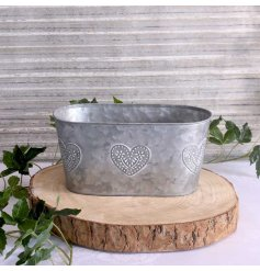 Bring a charmingly vintage feel to your garden space with this white washed zinc planter in an oval form