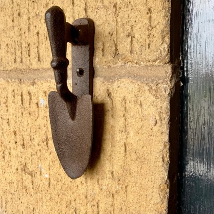 A rustic style garden door knocker made from cast iron. Perfect for the home, garden and potting shed!