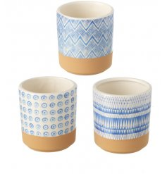 An assortment of 3 pots, each with a graphic decoration in blue.