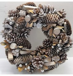A gorgeous woodland style wreath with silver shimmer pearls. A full and interesting decorative wreath for the season.