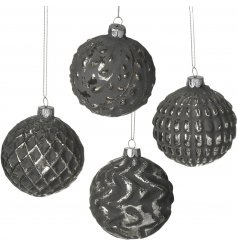 Bring a distressed feature to your tree decor this Christmas with this beautifully rustic set of glass baubles