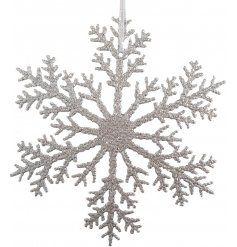 A beautifully simple hanging metal snowflake featuring a silver tone and ridged decal