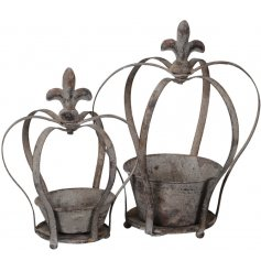Bring an overly distressed charm to any home or garden with this set of 2 metal crown planters