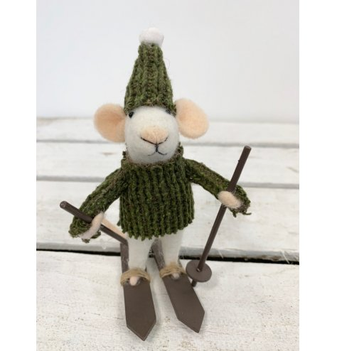 A festive felt mouse with cosy green hat and jumper. This little fellow is a ready to hit the ski slopes.