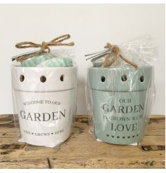 Ceramic plant pot oil burner from the Potting Shed giftware range. Includes 3 wax melts and a tealight. 11 cm tall.