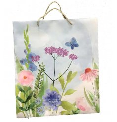 Perfect for presenting sentimental gifts, this Botanical Garden printed bag is suitable for any gift giving occasion