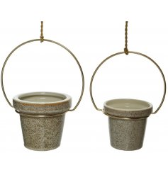 A mix of 2 hanging stoneware planters with a beige speckled finish and decorative gold rings.