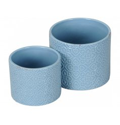 A set of 2 stylish ceramic planters, each with a shabby chic finish.