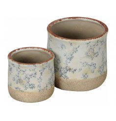 A set of 2 pretty floral planters with a vintage design. A country living item with plenty of character and charm.