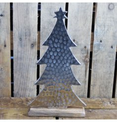 Approx 28 cm high, this fashionable Christmas tree ornament is made from hammered aluminium on a wooden base