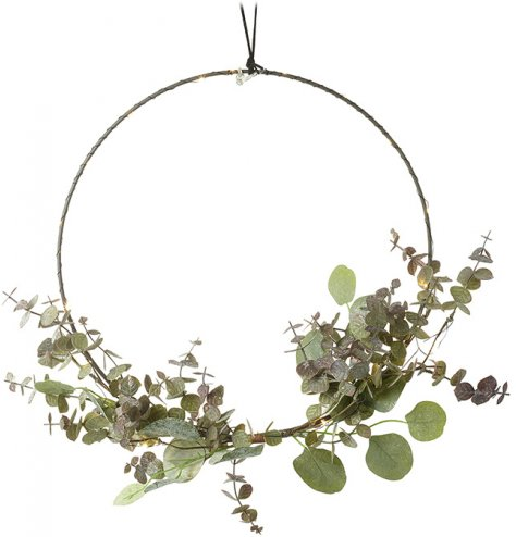 A chic and contemporary wire wreath with twinkling lights and eucalyptus leaves. Complete with a jute string hanger.
