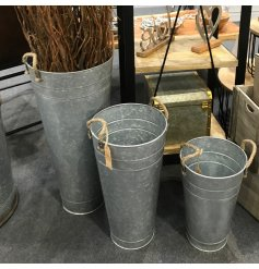Display your fresh and artificial blooms in this rustic, zinc planter with rope handles.