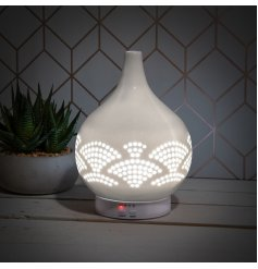 A stylish aroma lamp with humidifier in an on trend fan design. Complete with remote.