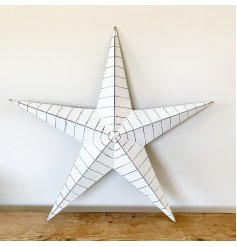 A unique metal barn star in white. Complete with a distressed finish and black ridges.