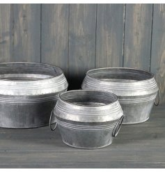 Perfect for displaying bright blooms or potted plants in your garden, a set of 3 large sized metal planters