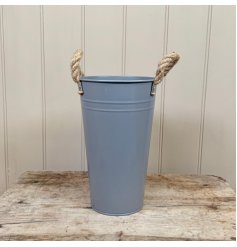 A simple and stylish flower bucket in grey. Made from metal with chunky rope handles.