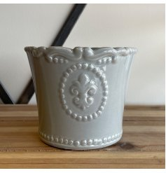 A sleek and simple dolomite pot set with a grey base tone and charming Fleur De Lis embossed finish