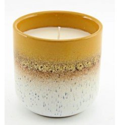 Set with a two tone speckled decal, this porcelain candle features a sweetly scented wax centre and on trend colour ton