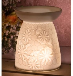 Set with its beautifully simple design, this ceramic based wax/oil burner features a charming embossed Busy Bee and Hon