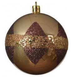 A dazzling shatterproof bauble set with a camel brown tone and glittery check finish
