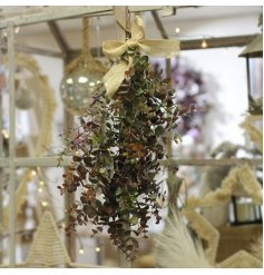 With a hessian bow to provide a rustic charm, this decorative eucalyptus bunch will hang perfectly in any home